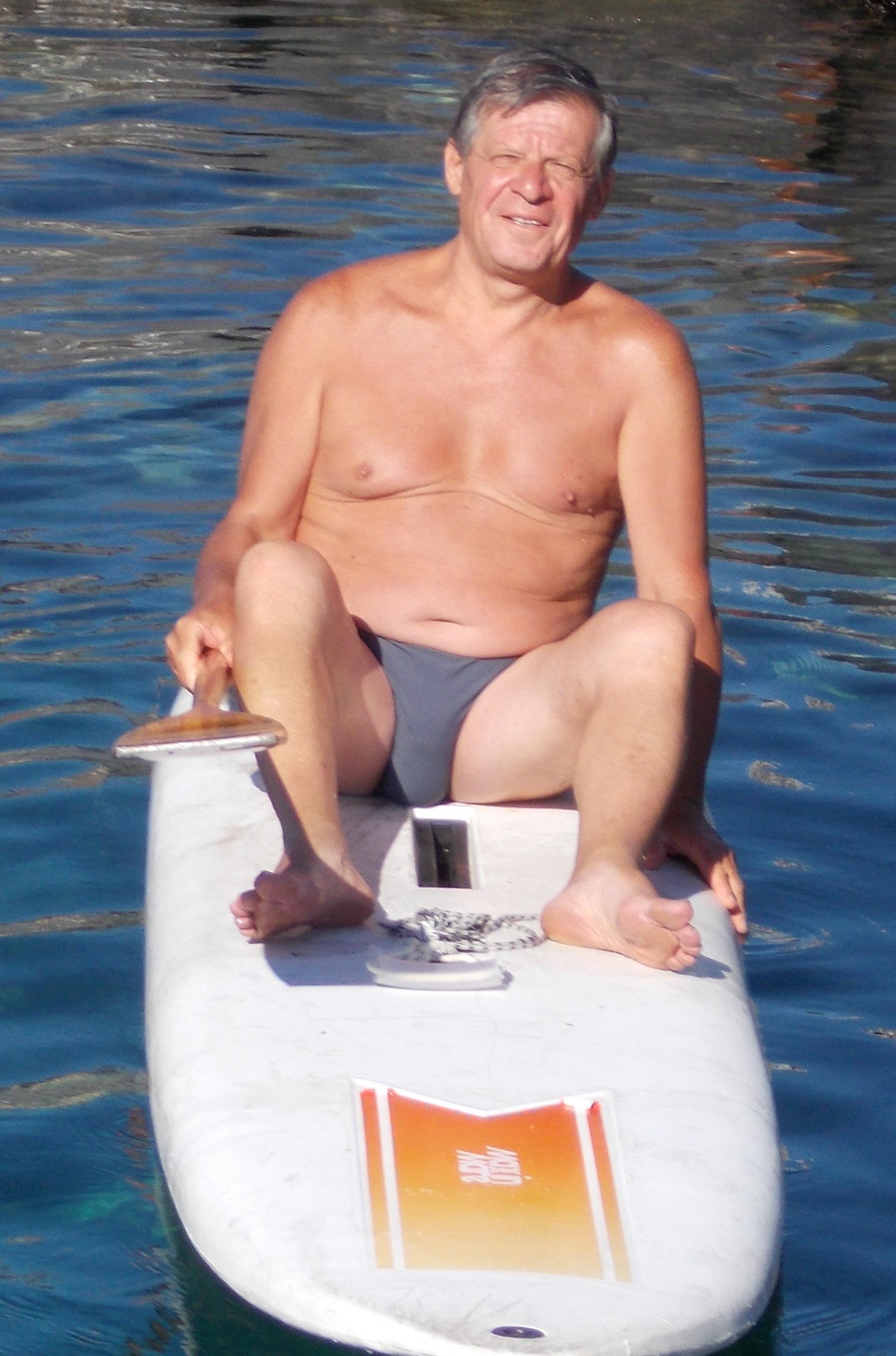 Giovanni Puglisi - Classe 1948 - Famiglia catanese, trasferitosi a Messina, ora in vacanza a Catania, proveniente da Torino, dove vive attualmente. Due frequentatrici di S. G. Li Cuti gli avevano parlato dell'escursione e lui ha preso la palla al balzo. Si è portato anche la maschera subacquea ed ha esplorato i fondali dell'ultima grotta. -PENSUCACIPIACIU-
