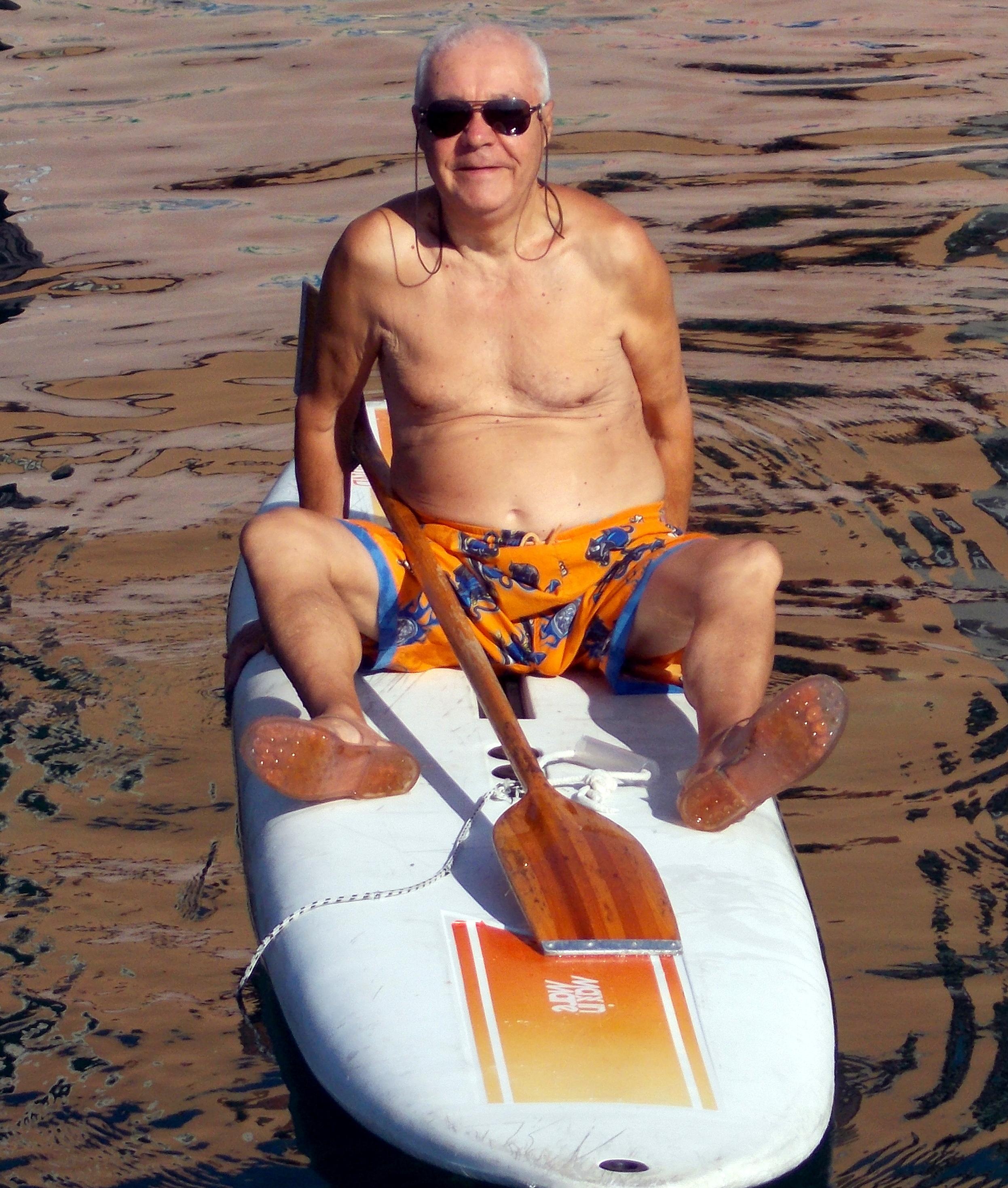 Pino Fuoti - 78 anni ca' nocca - Uno dei frequentatori assidui di San Giovanni Li Cuti, con bagni per tutto l'anno - Avevamo deciso di fare il 2° tipo di escursione, spingendoci verso il lido Scogliera D'Armisi, ma il mare un po' mosso ed un forte vento contrario non l' hanno consentito. Siamo però arrivati al Porto Rossi con grotte annesse, a lui sconosciuto dal lato mare. -N'ACCUNTINTAMU-