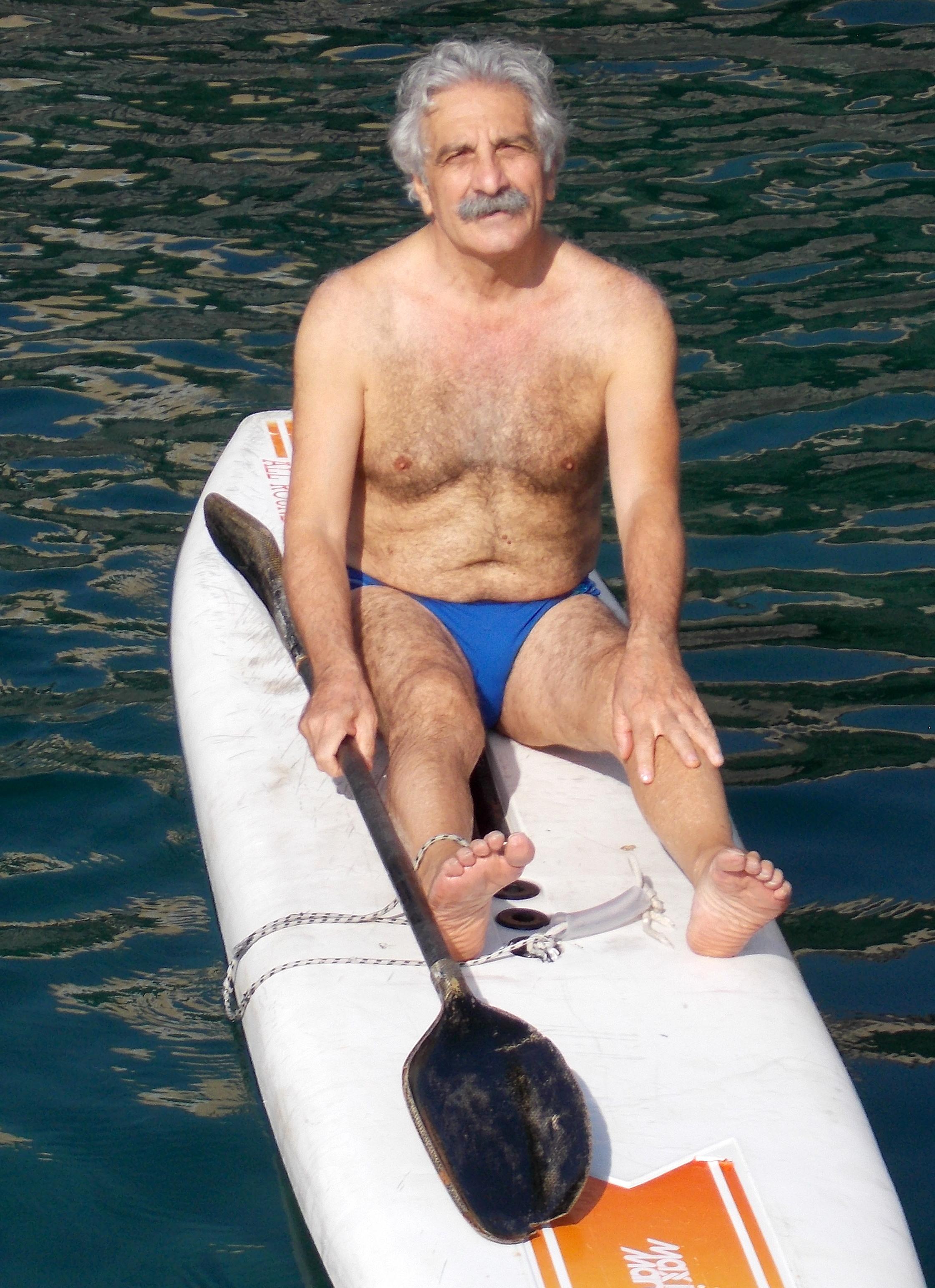 """Giuseppe Distefano - Amico d'infanzia ma ormai torinese d'adozione, venuto a Catania per il weekend per chiudere la sua stagione balneare (sic!) e quindi fare il giro sulla tavola. Ha pagaiato solo lui e, al ritorno, per farla completa, ha coperto a nuoto, nei quattro stili canonici, il tragitto """"scogghiu a vacca"""" fino al porticciolo di S. G. Li Cuti.-SEMPREINFORMA-"""