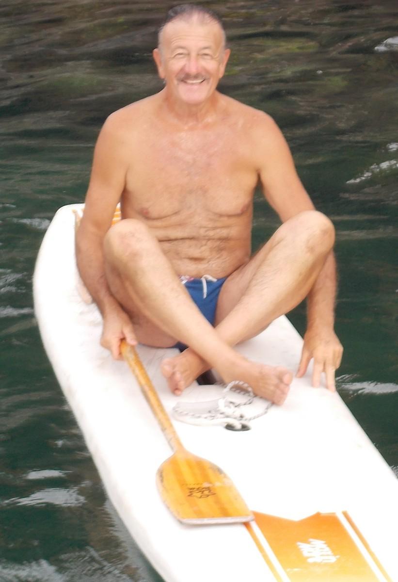 Turiddu D'Arrigo - Classe 1948 - Bassista impegnato -Primo socio del circolo e primo pescatore a salire sulla tavola. Ha avuto la possibilità di vedere la costa, che lui conosce benissimo, da vicino. Al ritorno ha trovato un galleggiante con lenza ed amo con attaccato un cerniotto che ha liberato. -AMOREVOLE-