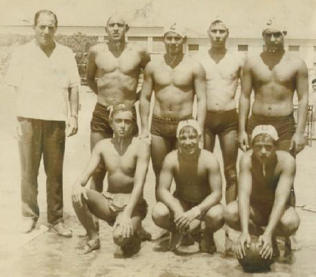 17/08/1964 - Plaia - Squadra Allievi Libertas Picanello - Delfino Bergamo - Giacomo Lanzanò - Rino Malato - Mario Garozzo - Melo Strano Accosciati: Salvo Forlì - Sapuppo (?) - Antonio Arrigo