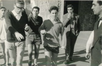 Da sn. Tano Gioeni – Italo Rapisarda (arbitro) – Nino Pecorino – Toni Raimondo – Alfio Messina – Gianni Spina